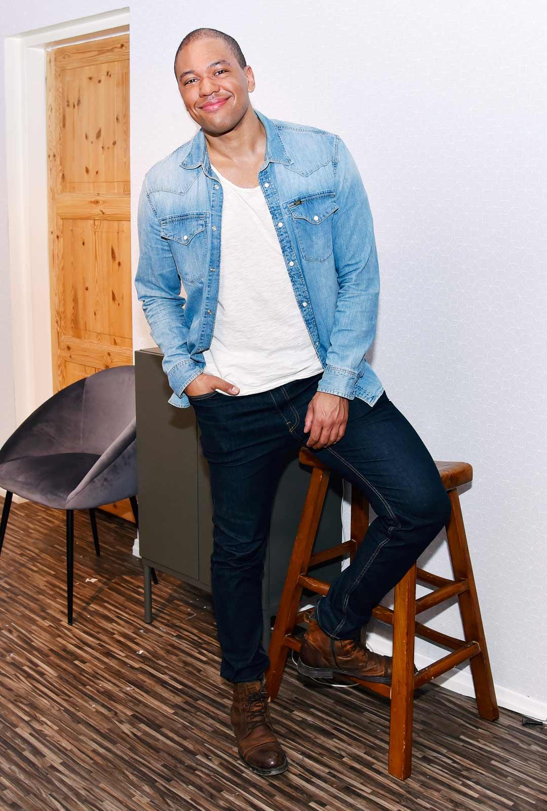Matti Leino näyttelee Rantabaarissa.