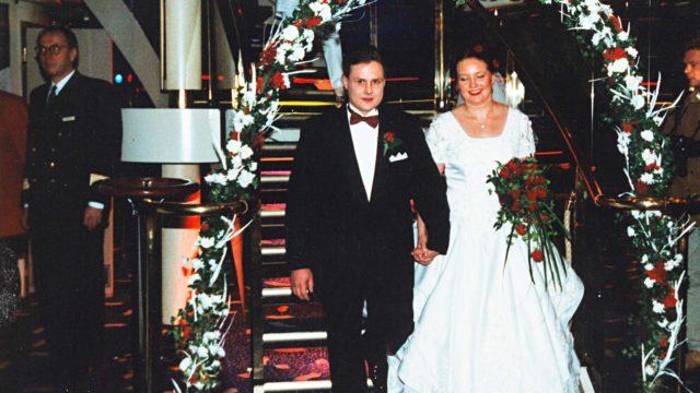 Jarno ja Maarit laskeutuvat hääväen eteen Cinderellan yökerhossa. Heillä oli risteilyllä mukana 43 läheistä.