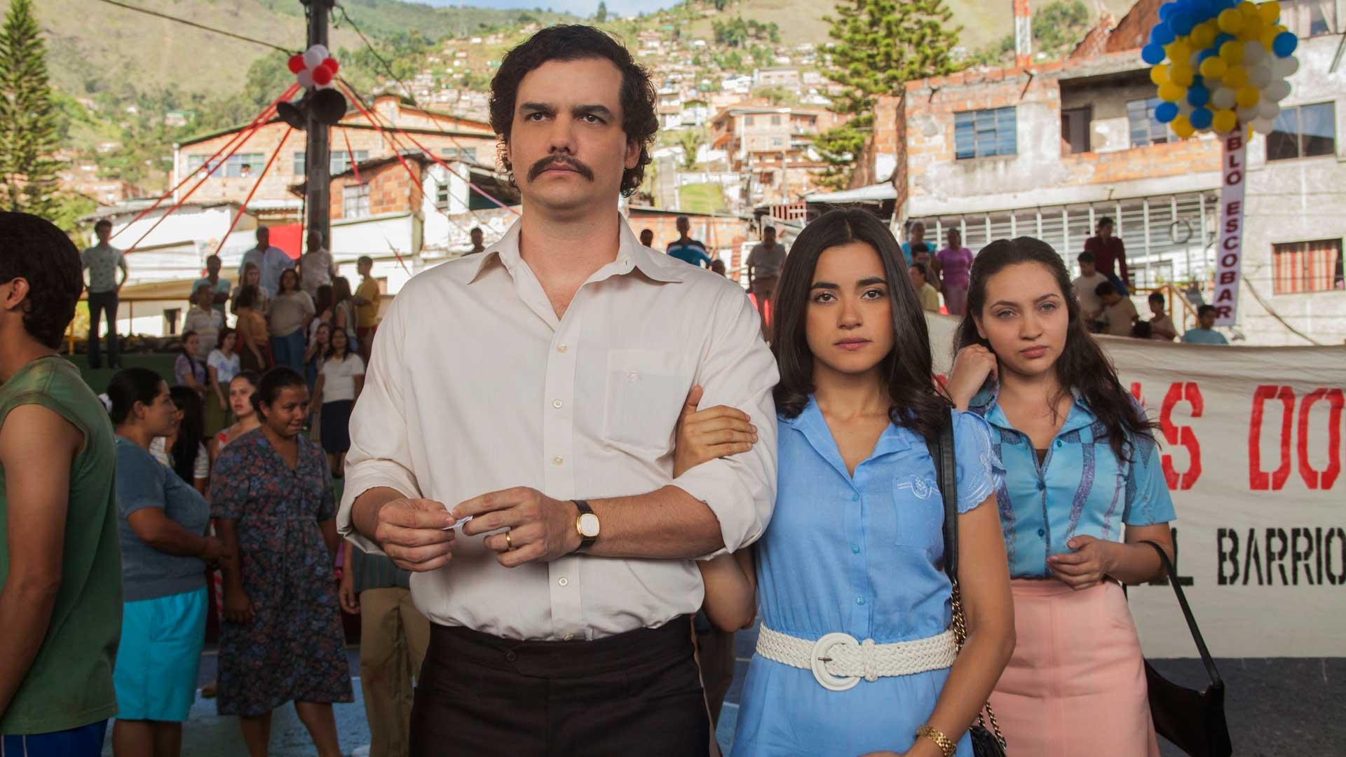 Narcos -sarjan kaksi ensimmäistä kautta keskittyvät huumepomon Pablo Escobarin elämään ja tekoihin.