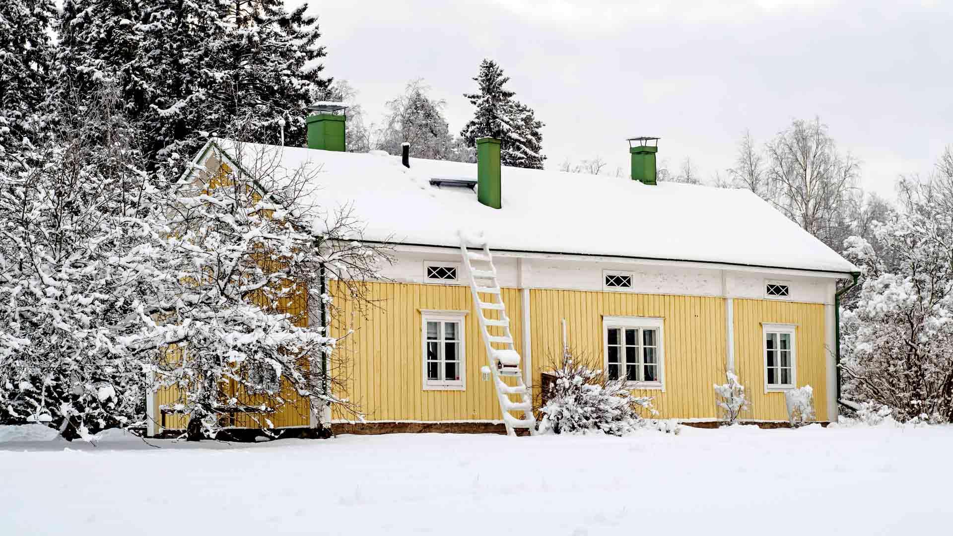 Ullavassa vuonna 1874 tehty ja Kokkolaan siirretty talo sijaitsee upealla paikalla ison pellon vieressä.