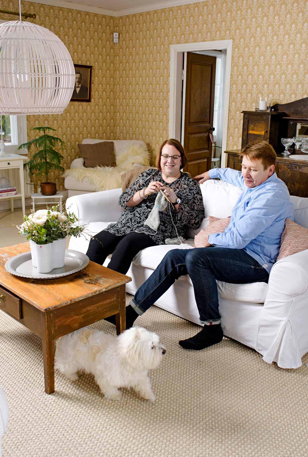 Talo oli Maija ja Matti Perälammen ihastelun kohteena ollut jo pitkään, lopulta he saivat hankittua omakseen. Myös Saga-koira nauttii olostaan siellä.