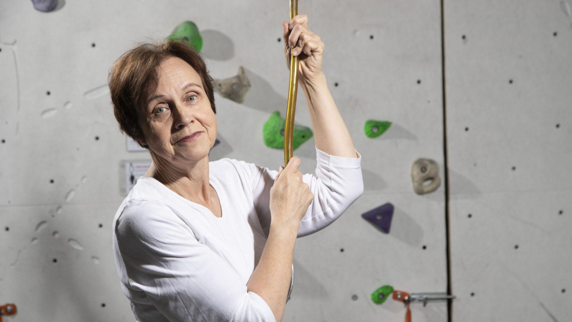 Kirjailijana ja tutkijana tunnettu Virpi Hämeen-Anttila on harrastanut seinäkiipeilyä muutaman kuukauden. Lapsena hän rakasti kiipeilyä, kunnes putosi ja loukkasi selkänsä.