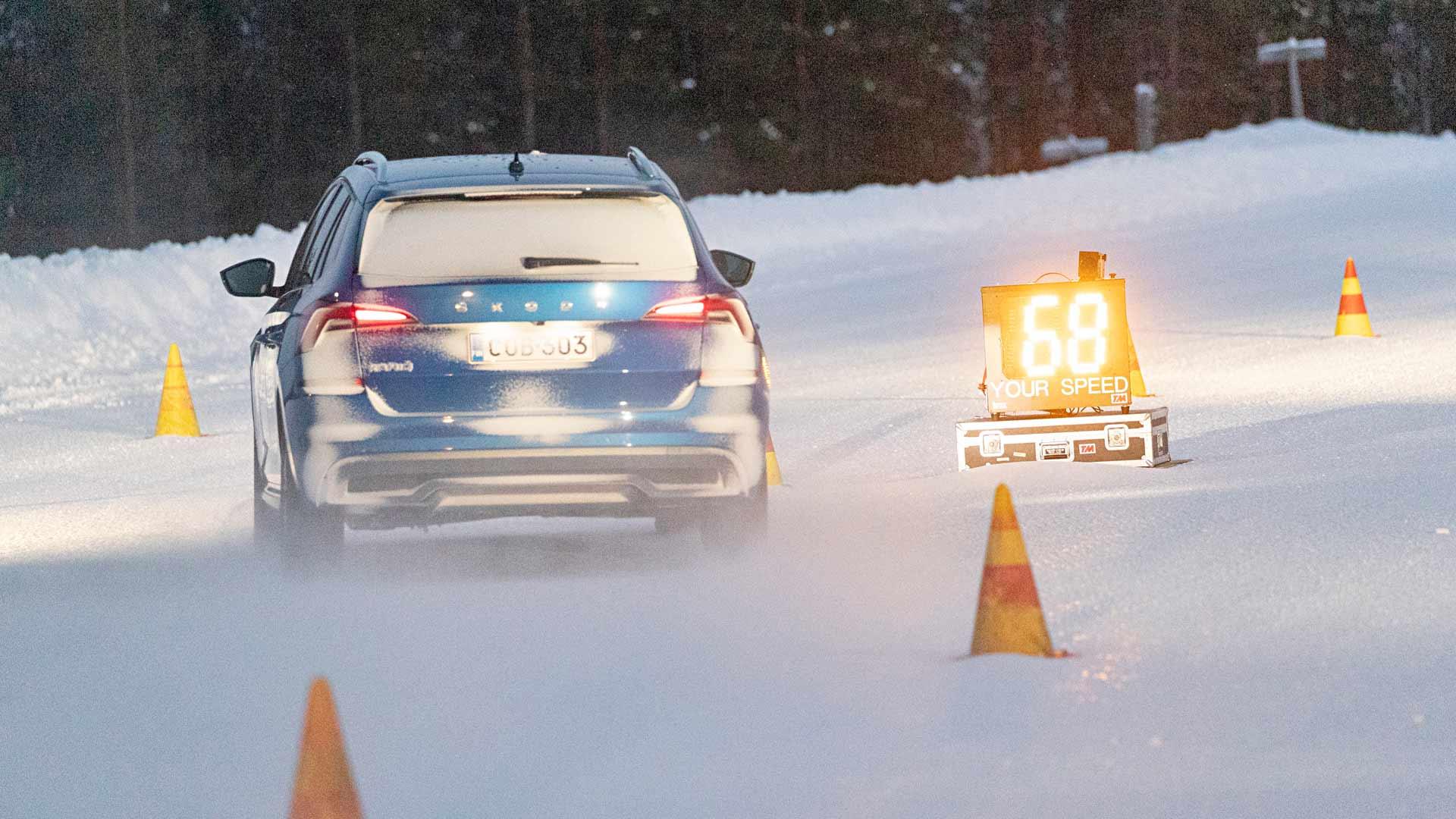 Väistökokeessa on viisitoista metriä matkaa kaistan vaihtamiseen. Parhailla autoilla se onnistuu talviolosuhteissa noin 80 kilometrin tuntivauhdissa.