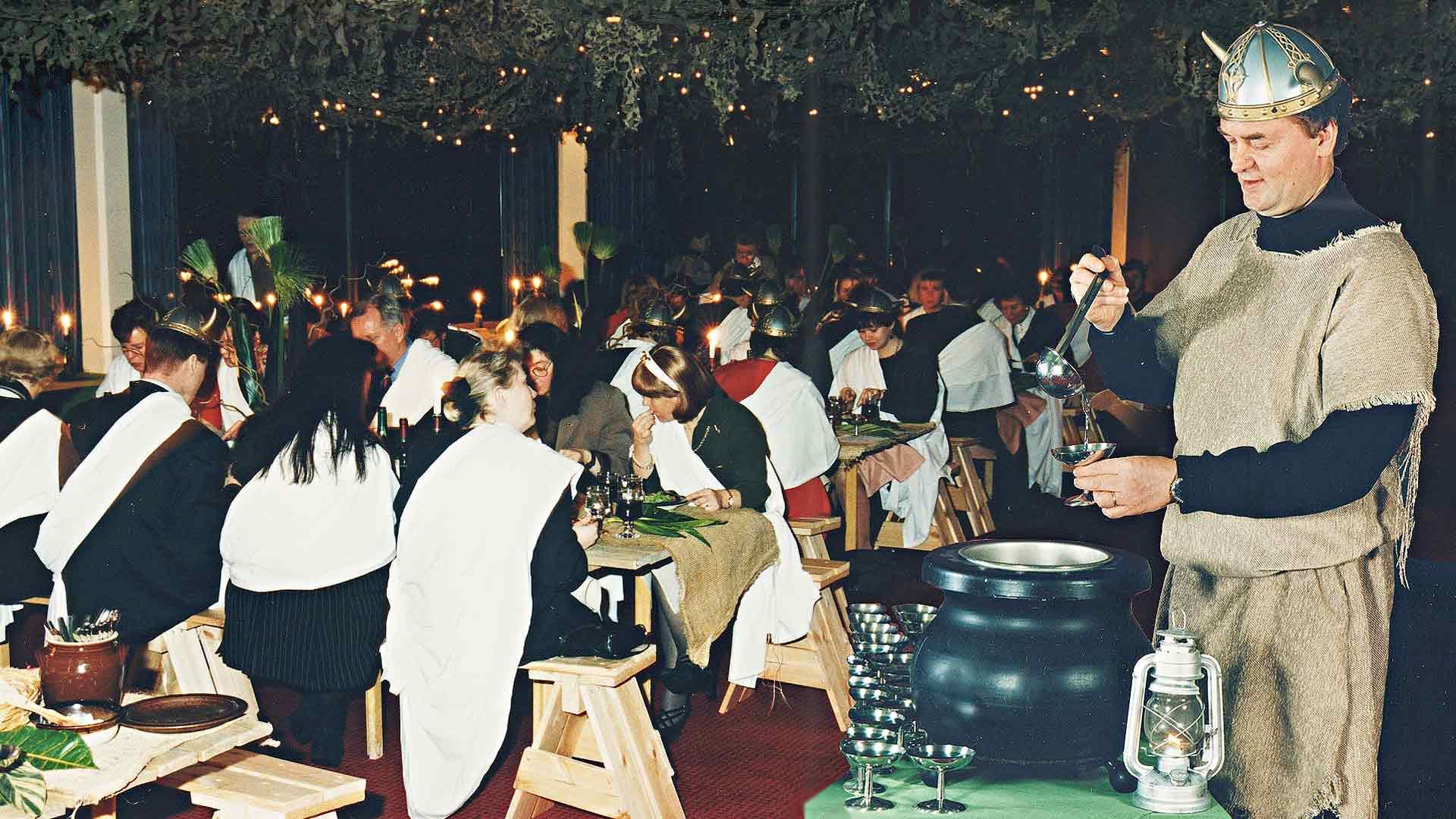 Hovimestari Jorma Vähäkoski kauhoi taikajuomaa Gallialaisessa illassa. Teemaillat olivat suosittuja ja niitä järjestetään asiakkaiden tilauksesta vieläkin.