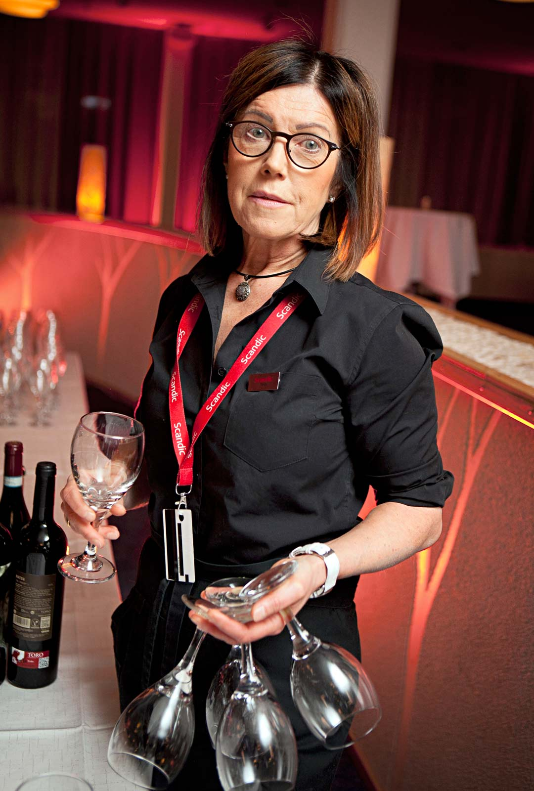 Tarjoilija Tanja Helin tuli taloon tasan 30 vuotta sitten. Jos ovat asiakkaiden juomatavat siistiytyneet, samaa ei voi sanoa pöytätavoista.