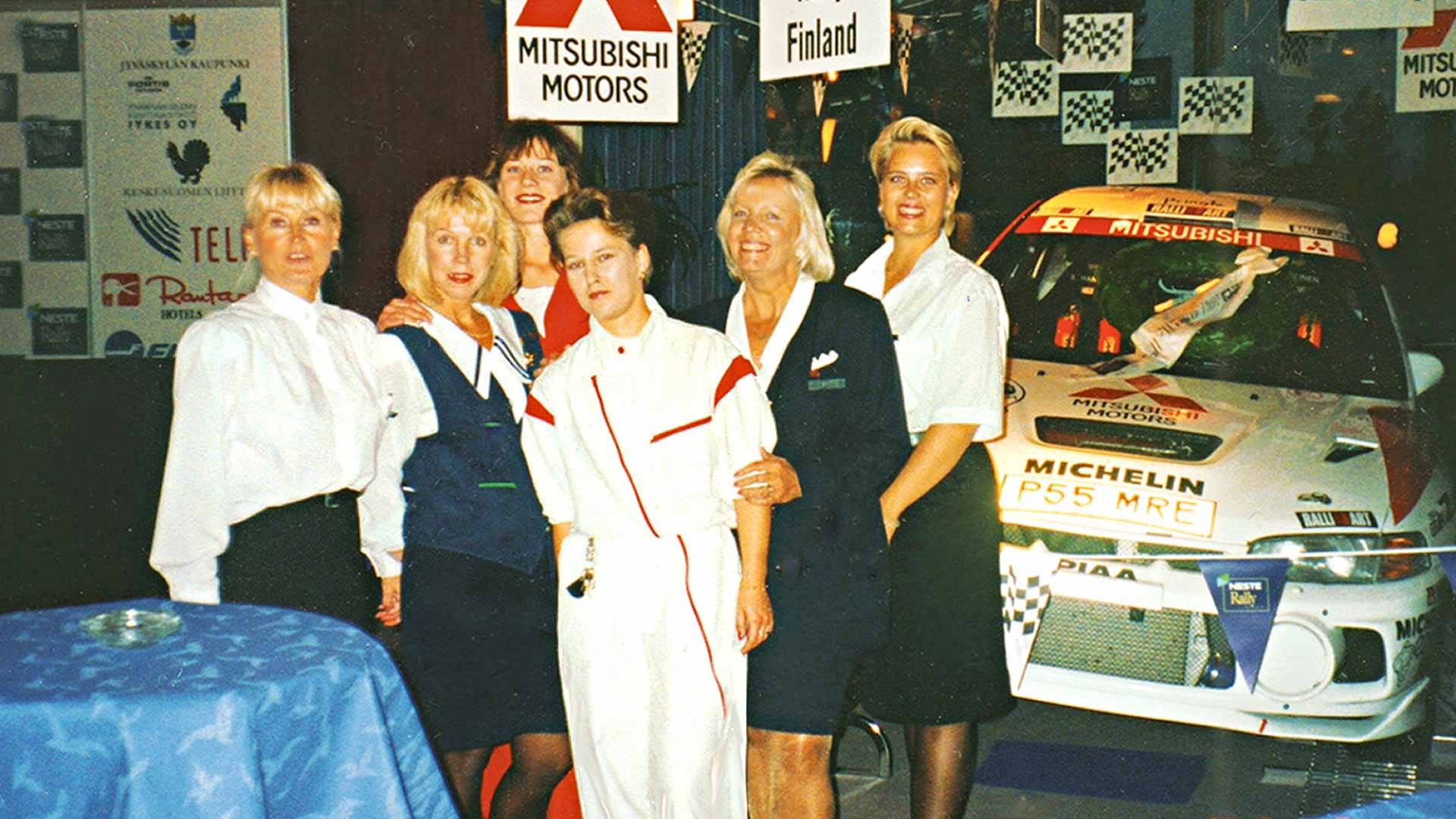 Kuvasta vuosien takaa löytyvät eturivistä vasemmalta Marita Mäkeläinen, Tanja Helin, Tiina Suhonen ja Leena Närä sekä kaksi rallien kausityöntekijää.