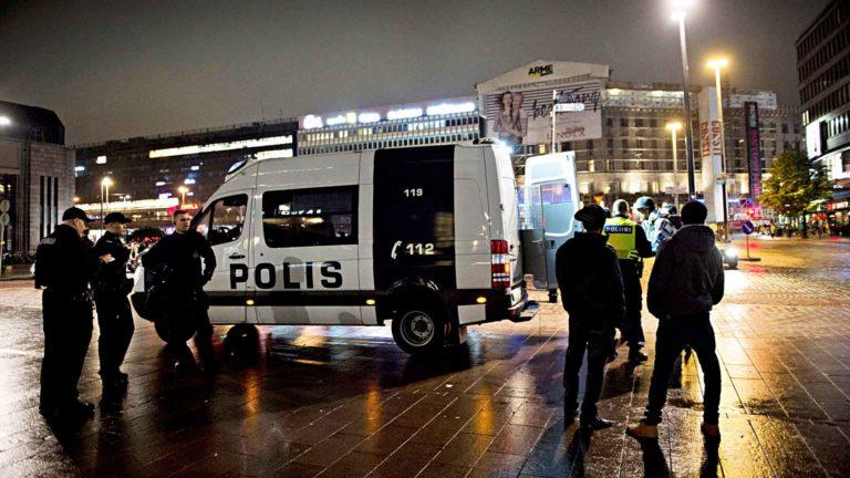 Helsingin poliisin Ennalta estävässä toiminnossayksi tehtävä on jalkautua nuorison pariin.