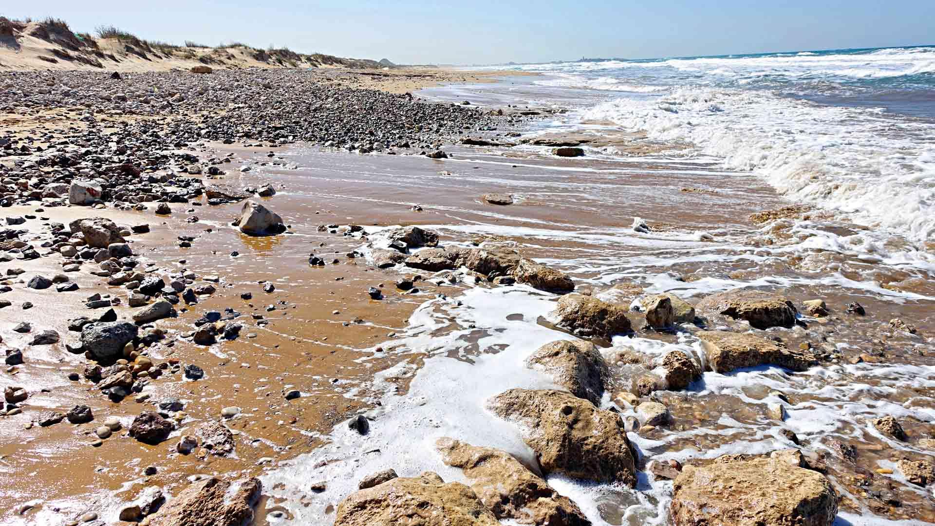 Meren alle Israelin Karmelrannikolla uponneen muurin jäänteet ovat noin sata metriä pitkät.