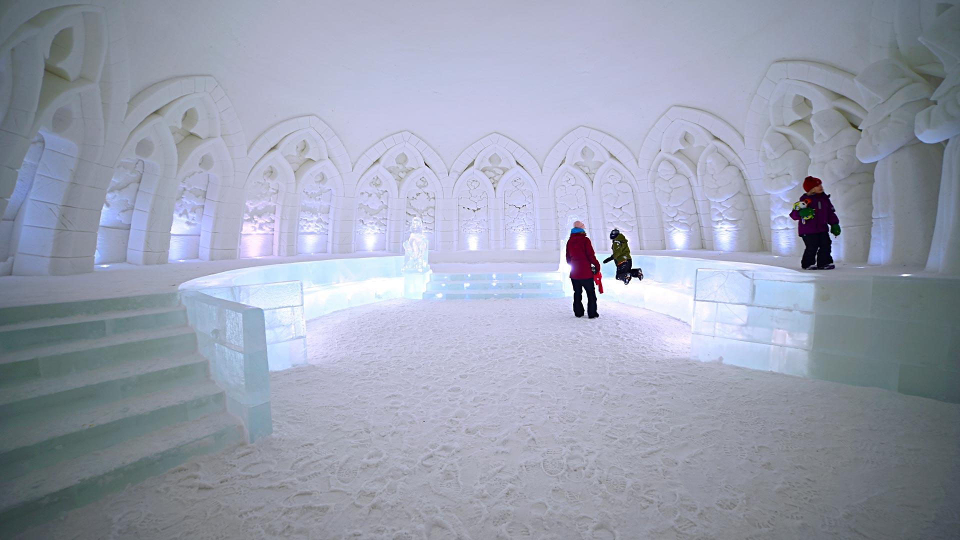 Jää- ja lumitaide hurmaa huolellisilla yksityiskohdillaan.