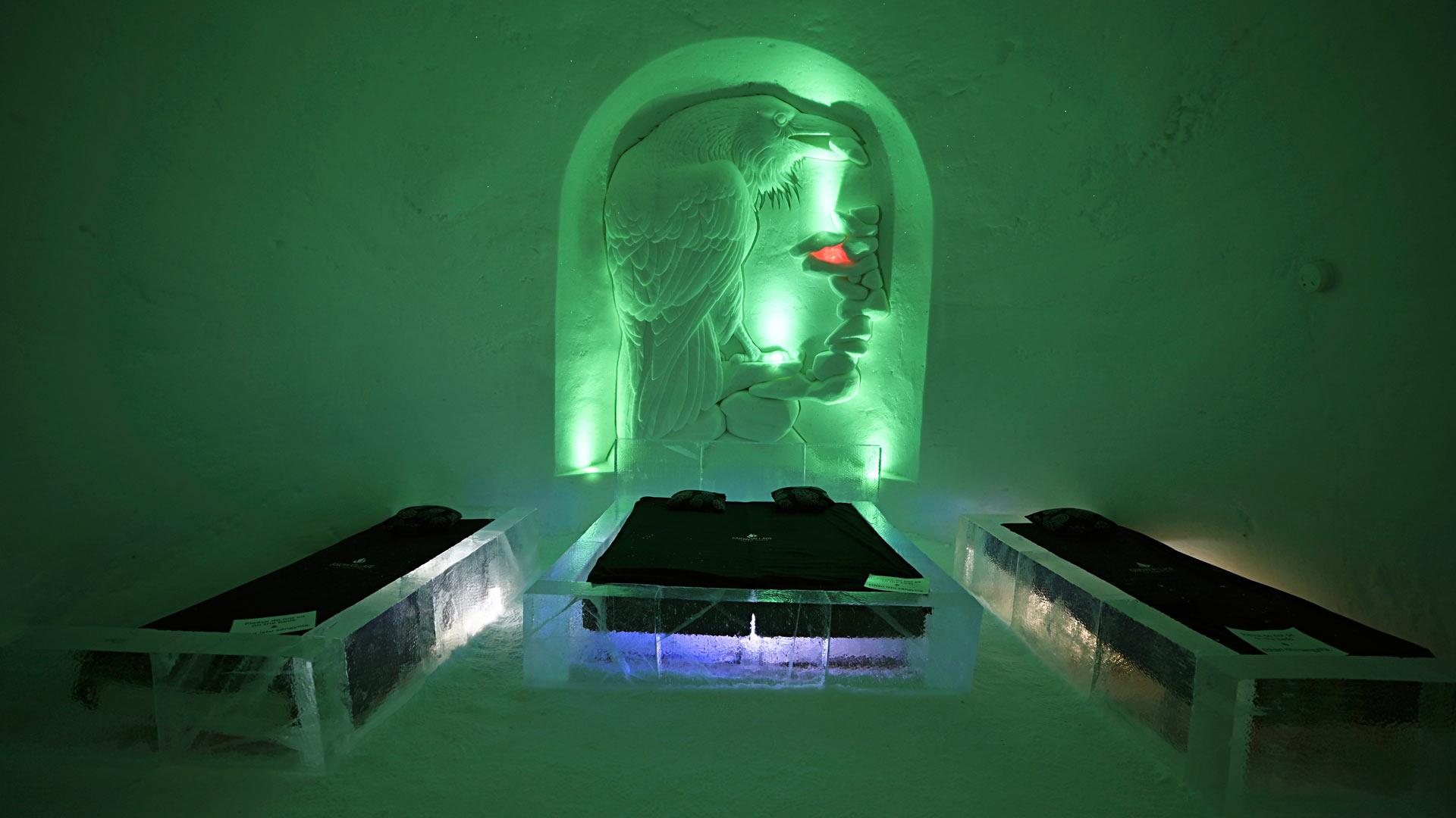 Jää- ja lumirakenteiden sisällä voi myös nauttia lasillisen jäisestä lasista tai jopa viettää yön oikeassa lumihotellissa.