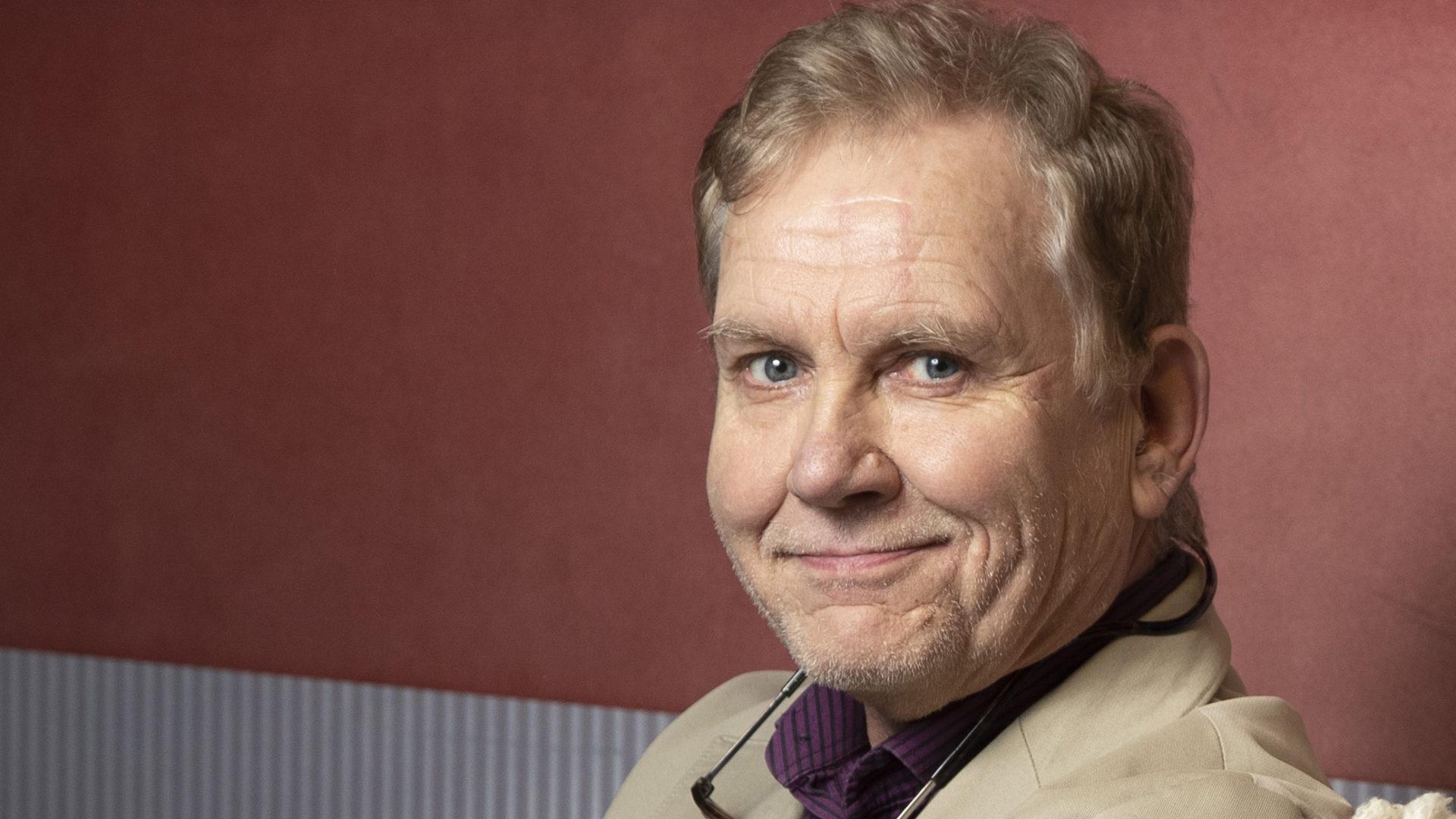 Ääninäyttelijä ja dokumenttiselostaja Jarmo Heikkinen, 70, teki jo lapsena kuunnelmia.
