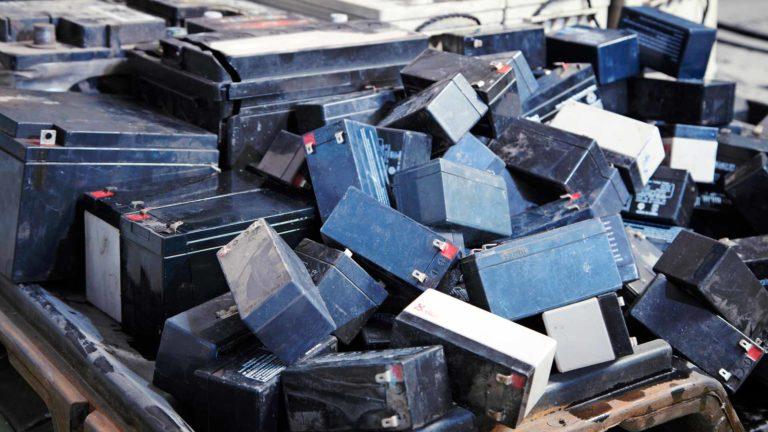 Akut luokitellaan vaaralliseksi jätteeksi.