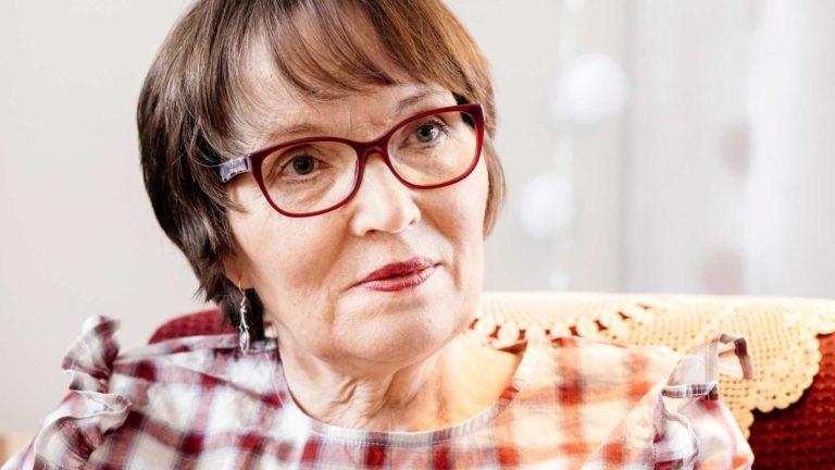 """Helena Jouppila muutti viime vuoden lopulla takaisin Isoonkyröön, missä nelosveljet ovat lähellä ja pikkusisko asuu naapurissa. Silloin tällöin hän käy vanhempiensa haudalla. """"Ajattelen joskus, että nyt siellä haudassa he ehkä elävät parhainta vaihettaan."""""""