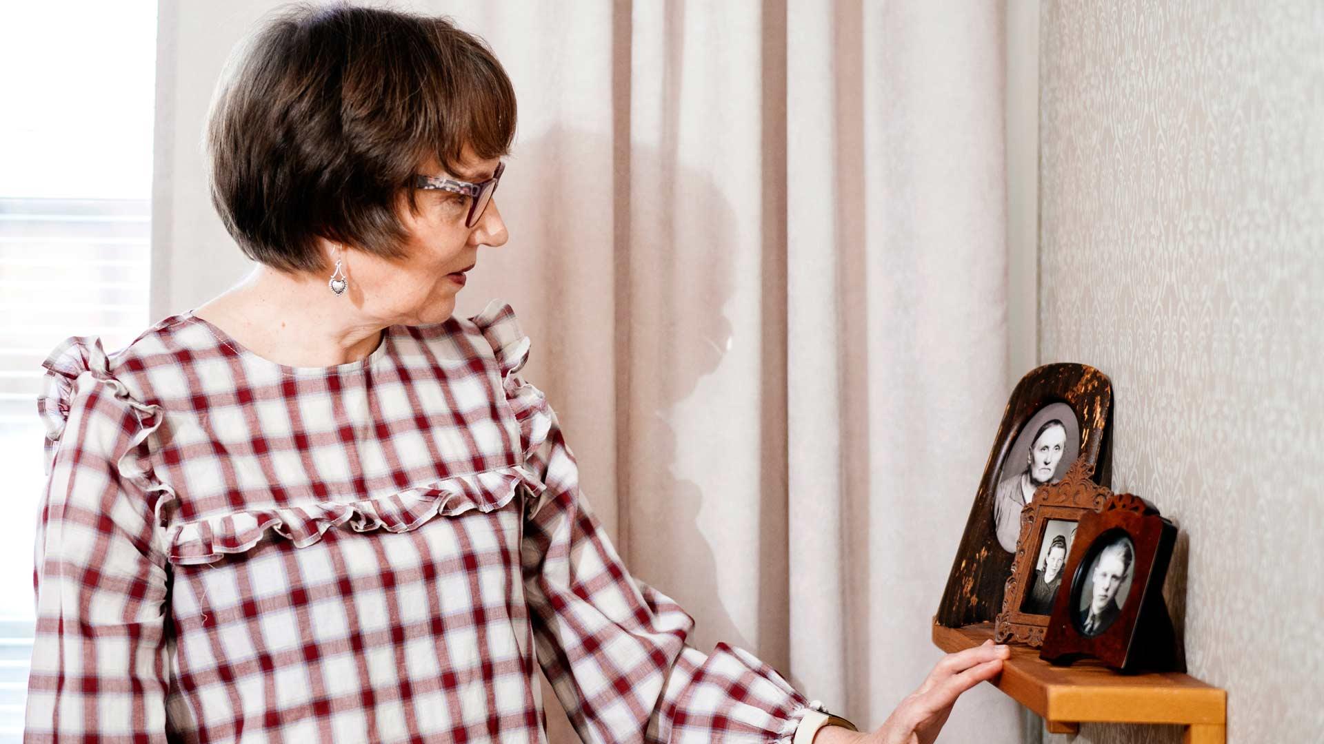 """Isänäiti, mumma, oli ehkä tärkein vaikuttaja Helena Jouppilan elämässä. """"Hänen huolenpitonsa oli merkittävää. Hän oli hyvin lempeä ihminen ja suhtautui kaikkiin ihmisiin myönteisesti."""""""