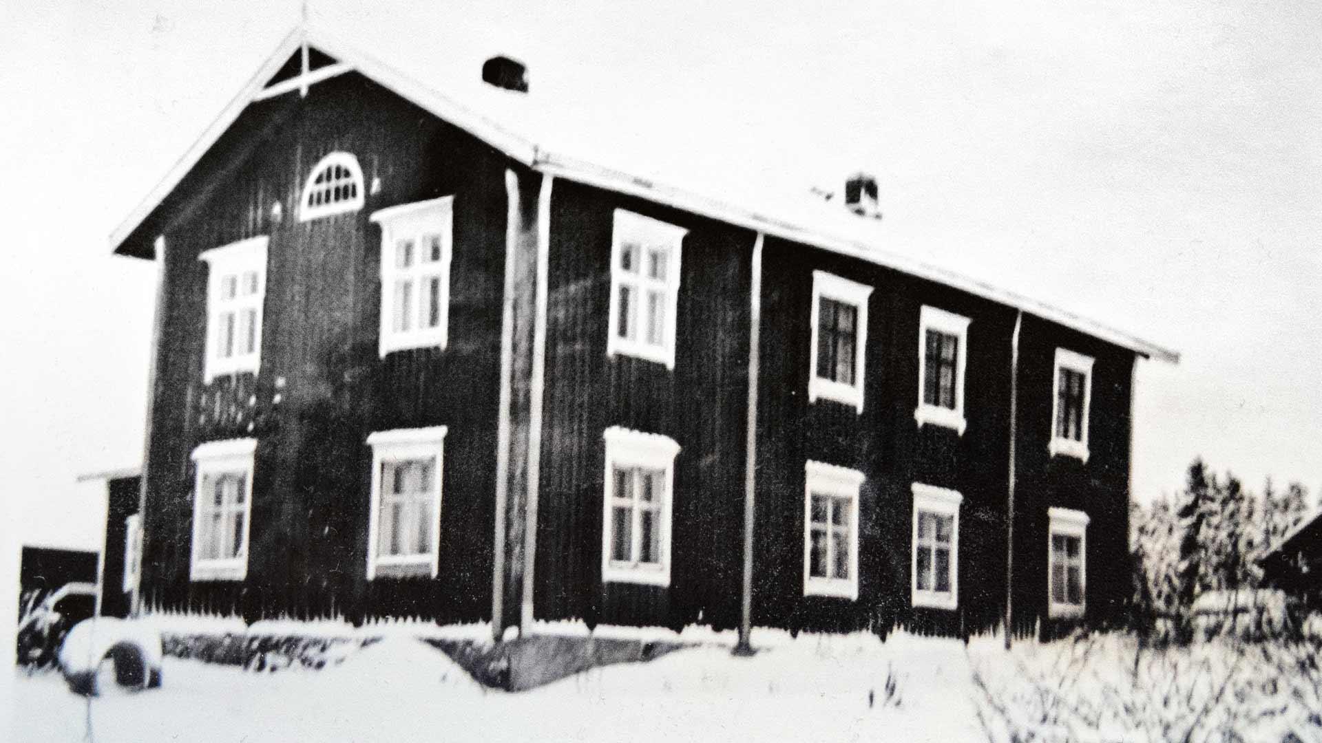 Nelosten koti oli komeassa pohjalaistalossa, Isonkyrön vanhassa pappilassa, joka oli siirretty uusille sijoilleen. Talossa oli seitsemän huonetta ja kaksi keittiötä. Siinä asuu edelleen Jouppilan sukua.