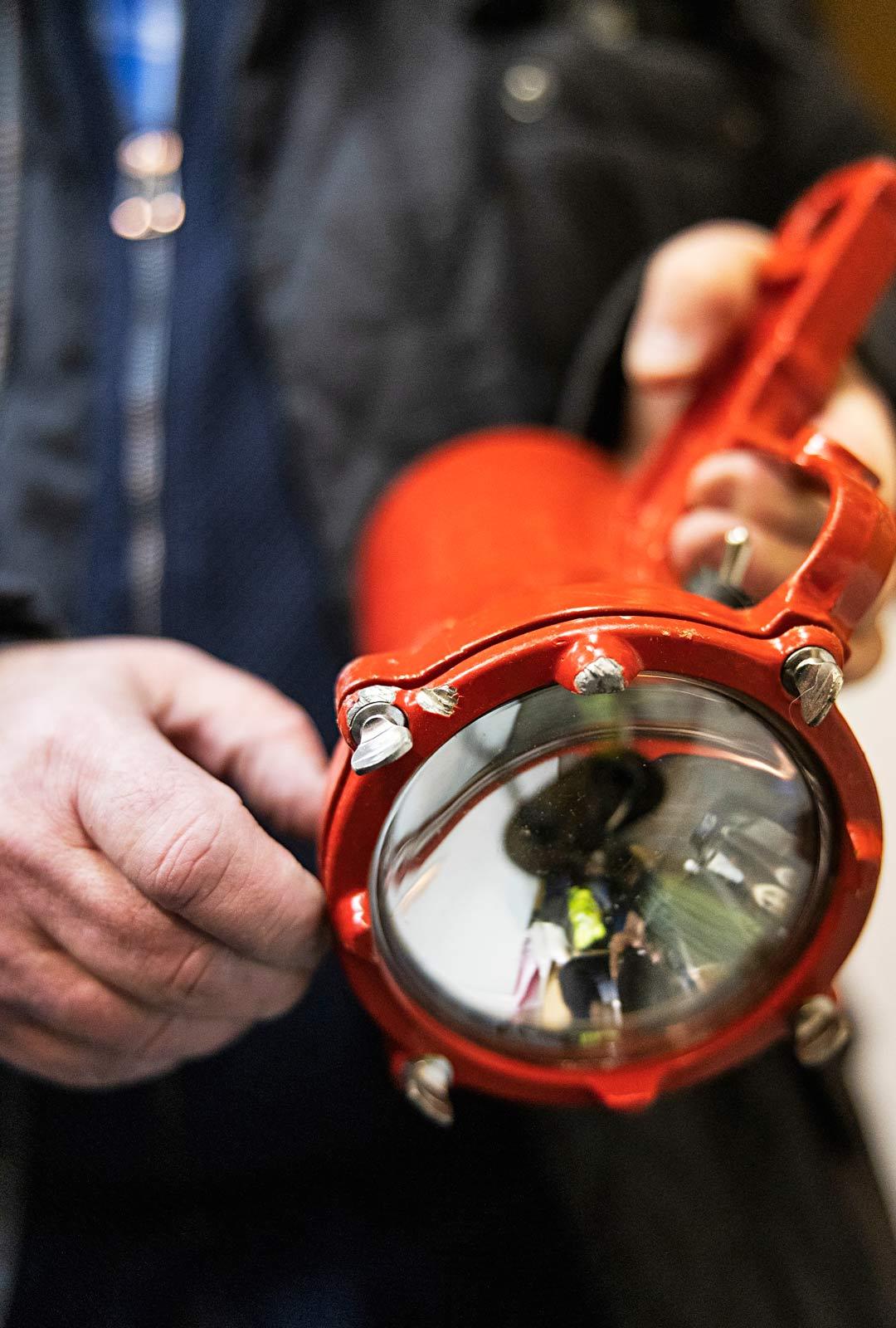 Karilla on vieläkin tallessa sukelluksella käytetty lamppu, jossa on moottorisahan terän jättämä jälki muistona täpärästä pelastuksesta.