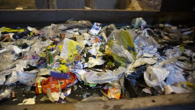 Muovi voi teoriassa kierrättää noin kymmenen kertaa ennen kuin sen mekaaniset ominaisuudet haurastuvat. Jokaiseen erään tulee kuitenkin niin paljon neitseellistä muovia, että uusiomuovin laatu ei pääse laskemaan.