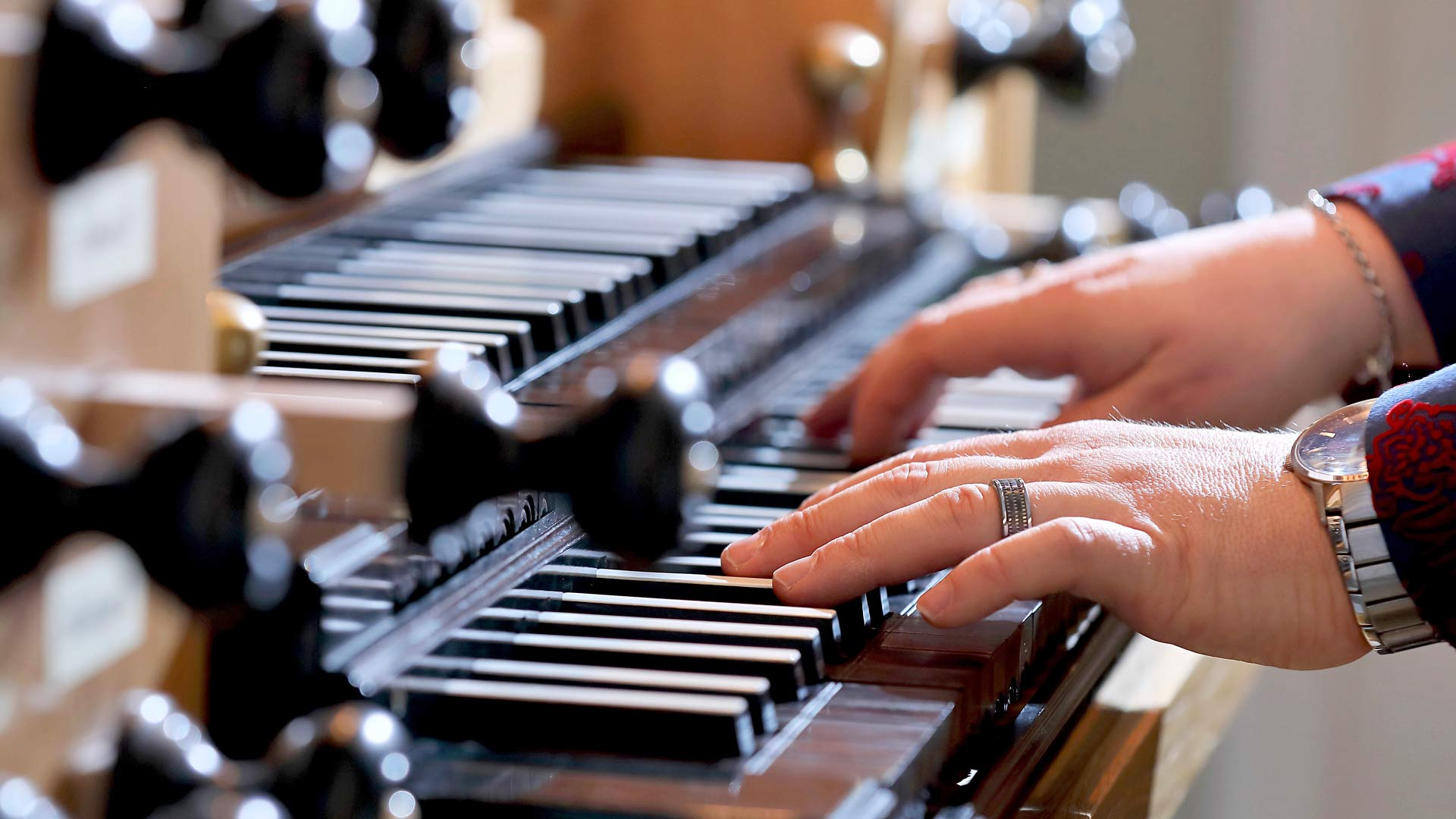 Soivat kädet. Musiikki on Samille työ ja identiteetti. Sairastuminen katkaisi yhteyden musiikkiin, mutta nyt sävel on taas löytynyt.