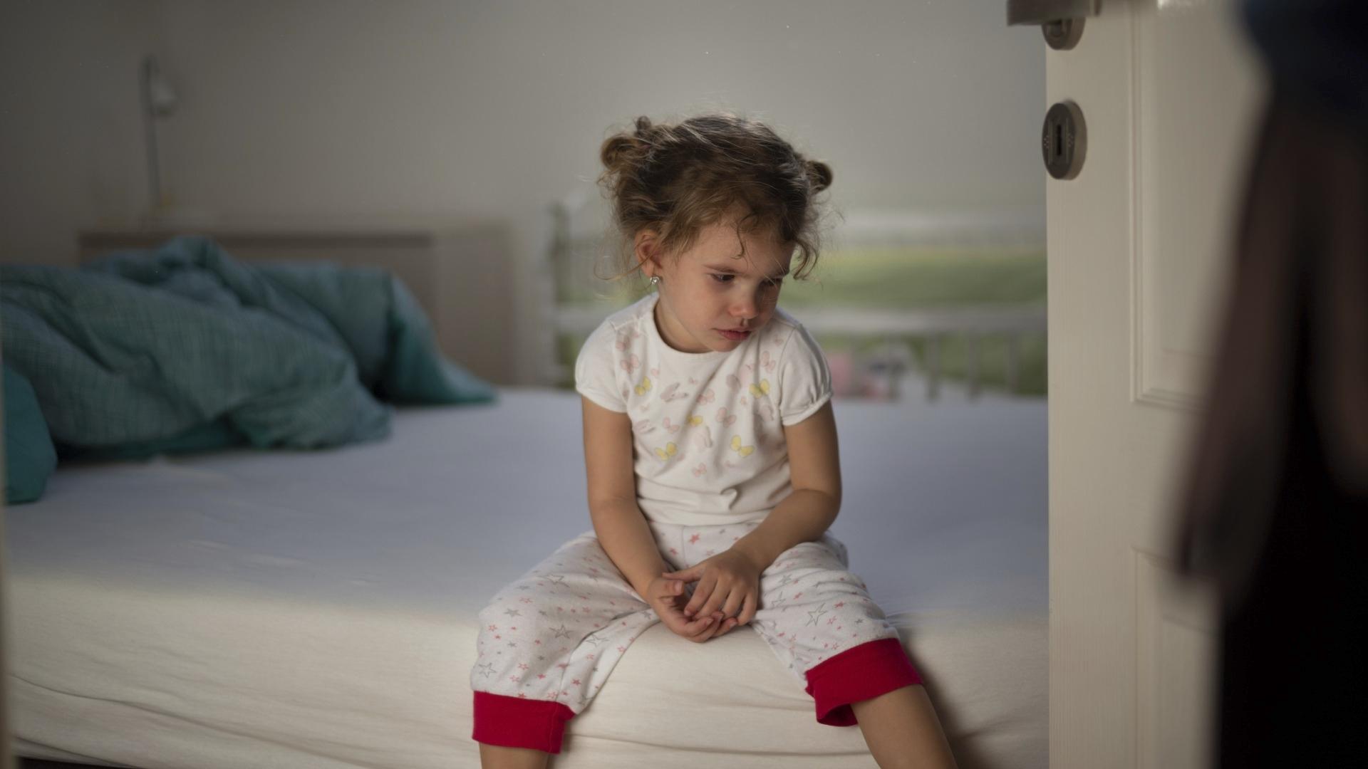 Etäopetuksessa pieni koululainen voi joutua viettämään päivän yksin kotona, jos vanhemmat ovat kodin ulkopuolella töissä.