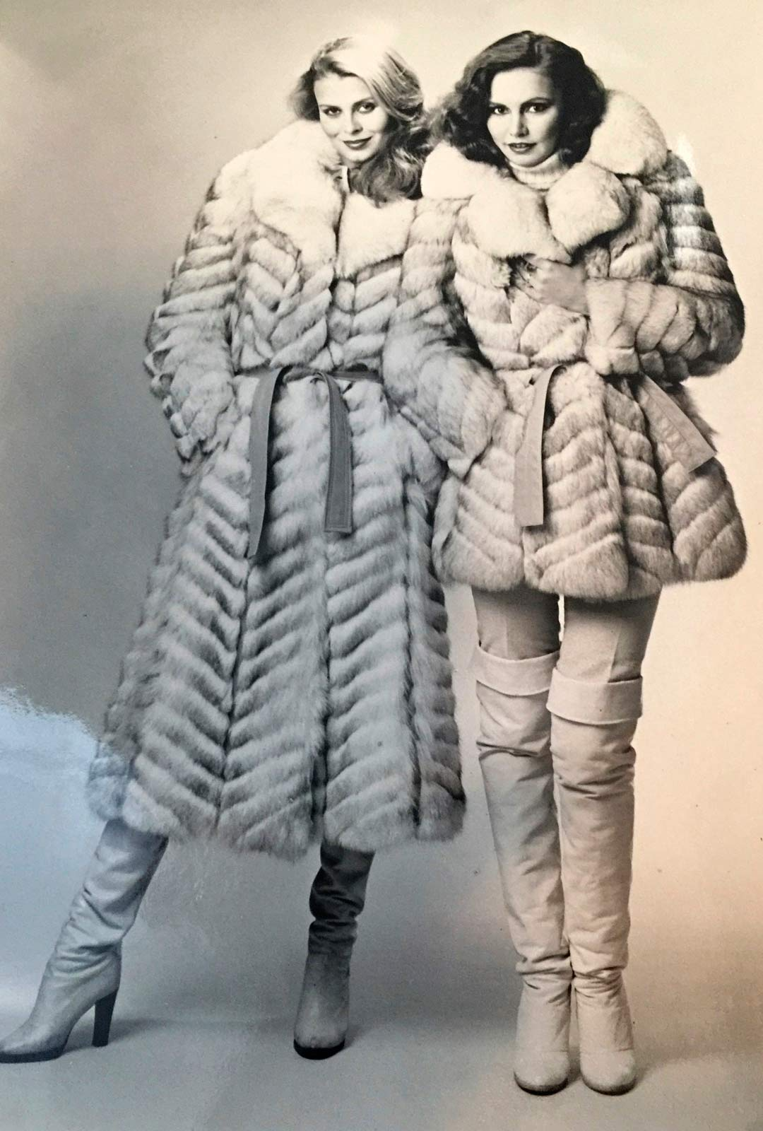 """Työ toi Annen ja Maijun välillä Suomeenkin, kuvassa he esittelevät Furlyx-turkkeja. """"Emme koskaan kilpailleet töistä, sillä olemme niin erinäköiset ja -tyyppiset"""", Anne Pohtamo kertoo."""