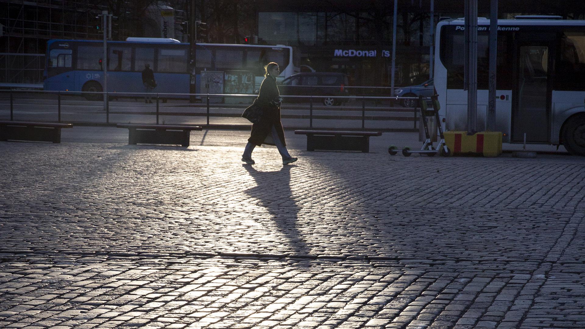 Koronaepidemia näkyy Helsingin autioituvassa katukuvassa.