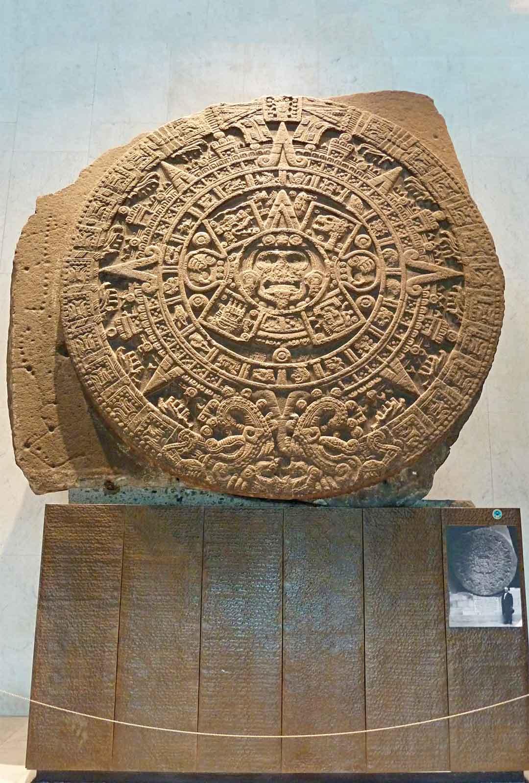 Atsteekkien kiehtova kalenterikivi löytyy Meksikosta Antropologisesta kansallismuseosta. Se löydettiin vuonna 1790.