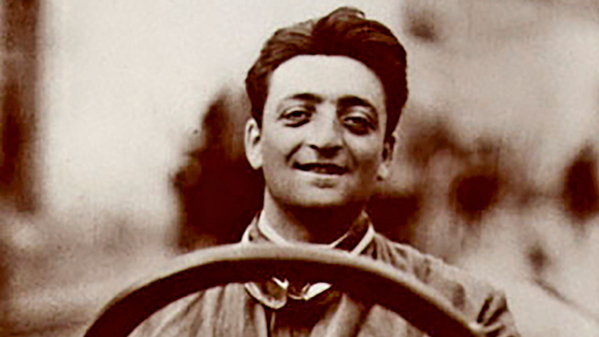 Nuori Enzo Ferrari kuului 1920-luvun alkupuolen parhaimpiin kilpa-ajajiin. Hän perusti Ferrari-tehtaan, jonka autot ovat olleet mukana F-1 -kisassa tauotta vuodesta 1947 asti.