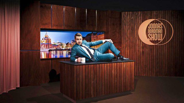 """Joonas Nordman Show -ohjelman Joonas Nordmanilla on kokemusta toimittajan työstä Koulu-tv:ssä, Ruotuväki-lehdesssä ja Iltalehdessä. """"Tuskinpa siitä työkokemuksesta haittaakaan keskusteluohjelmassa on. Ainakin toimittajan työ on opettanut ihmisten kohtaamista"""", Nordman sanoo."""