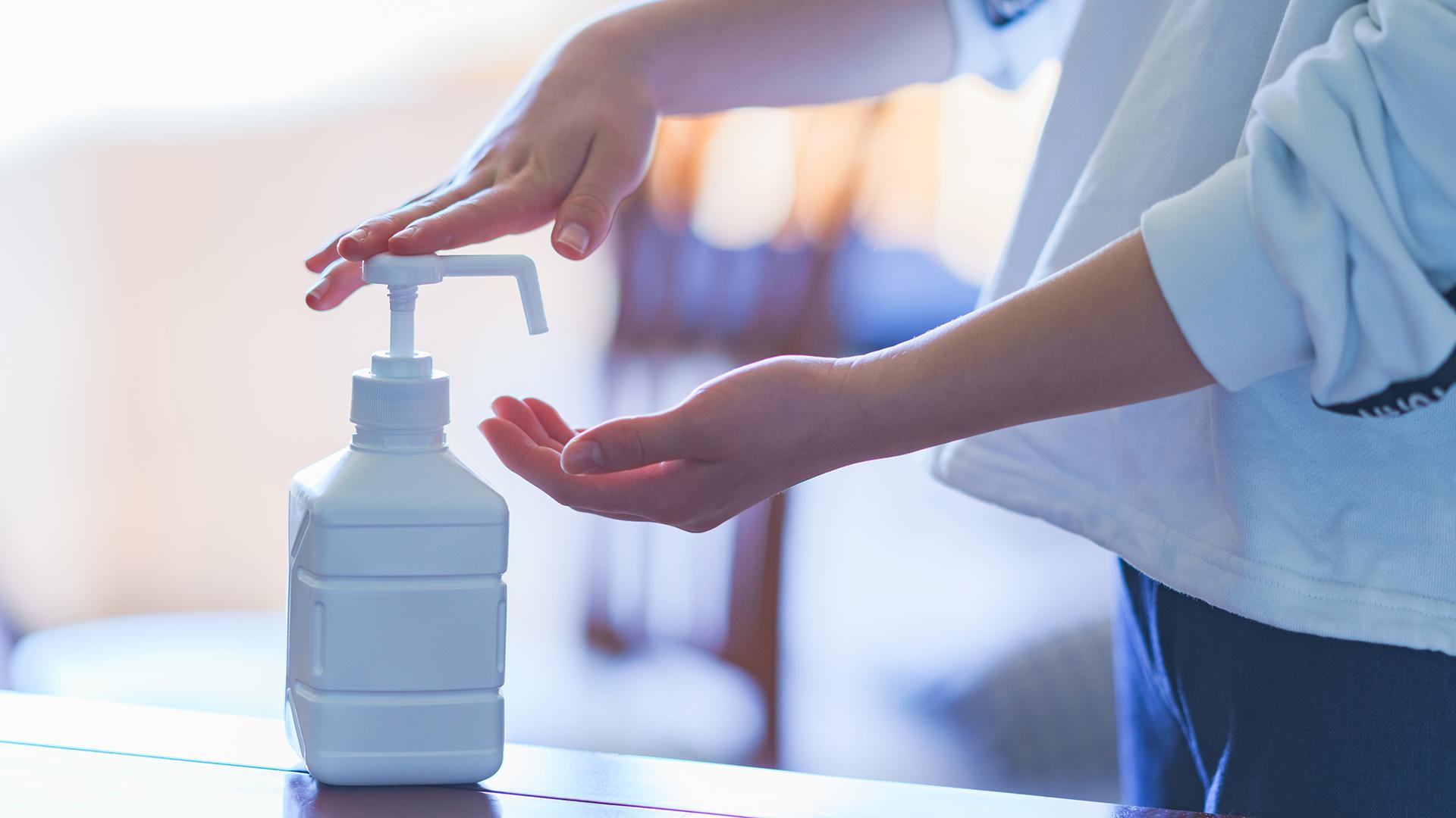 Koronariskin kurissa pitämiseksi käsienpesu ja käsidesinkäyttö on nyt tärkeää.