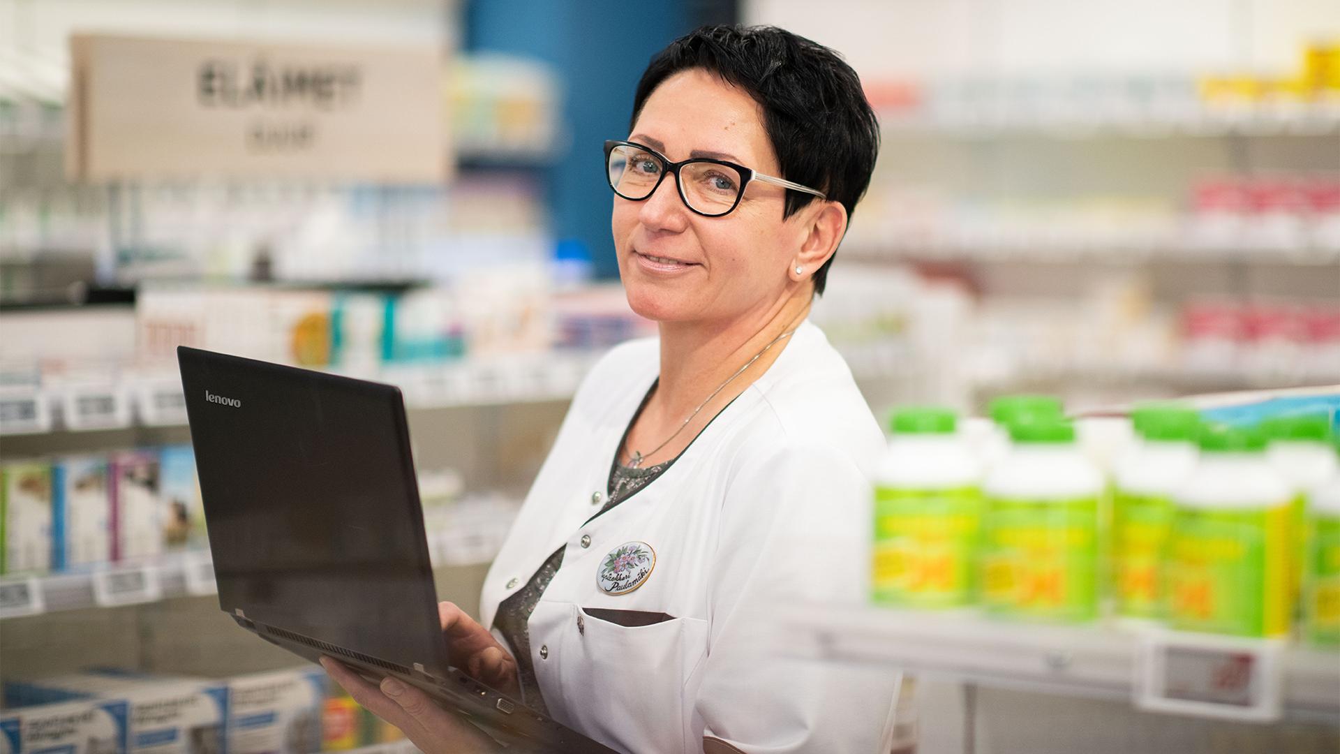 Koronavirusepidemia kuormittaa apteekin henkilökuntaa.