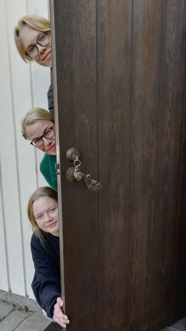 Kinnuset elävät kotikaranteenissa yli 70-vuotiaan mummonsa luona Kuopiossa.