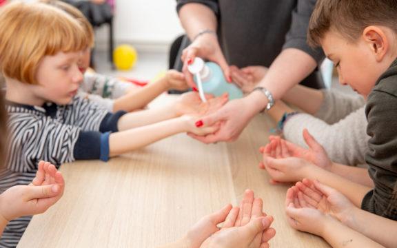 On vielä epäselvää, voiko lapsi olla aikuista herkemmin oireeton tai vähäoireinen uuden koronaviruksen levittäjä.