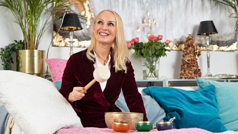 """Kirjailija Laura Paloheimo soittaa äänimaljoja rentoutuakseen. """"Äänimaljakylpy vastaa teholtaan puolentoista tunnin nokosia."""""""