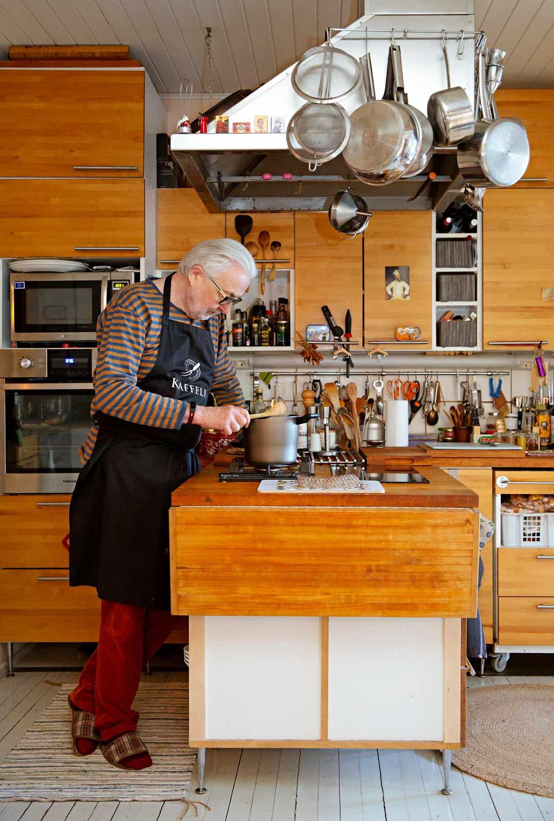 Keittiön Markku Haapio suunnitteli itse. Vanha lattia säilyi remontissa.