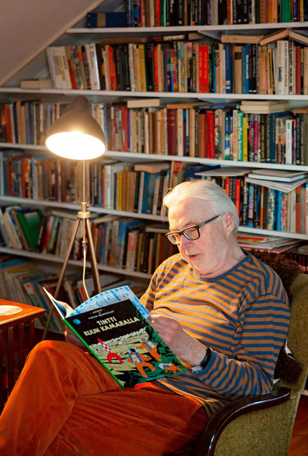 Yläkerrassa Markku Haapio lukee iltaisin romaaneja ja sarjakuvia.