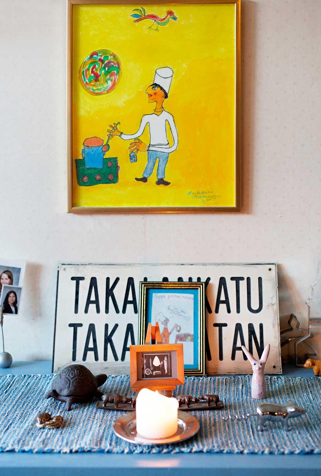 Pieniä installaatioita on syntynyt ympäri taloa puolivahingossa. Taulu on turkulaisnaivisti Markku Kososen maalaama.