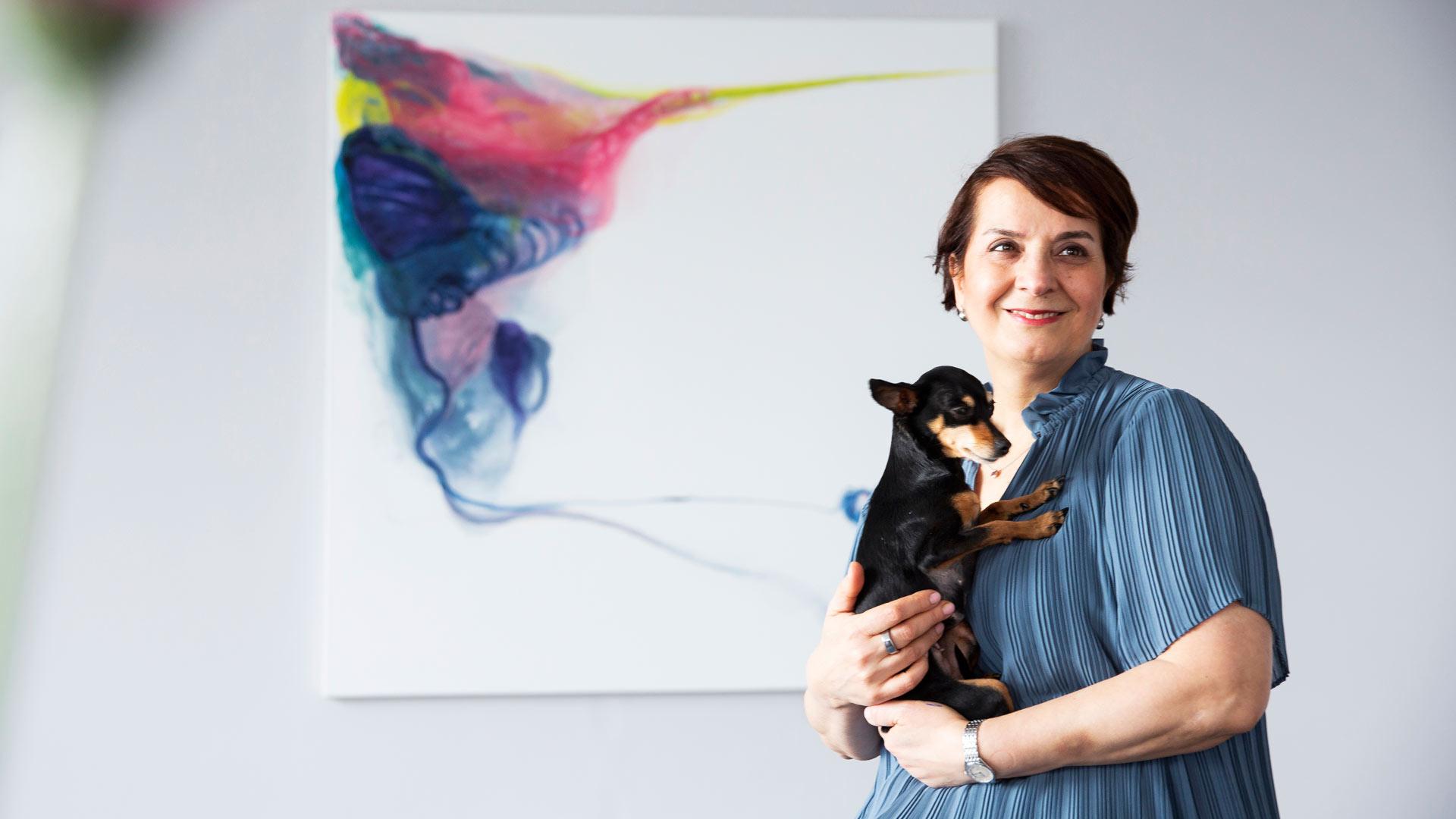 Maalatessa Melek Mazicin seurana on prahanrottakoira Mila, paras ja usein ainoa työkaveri.