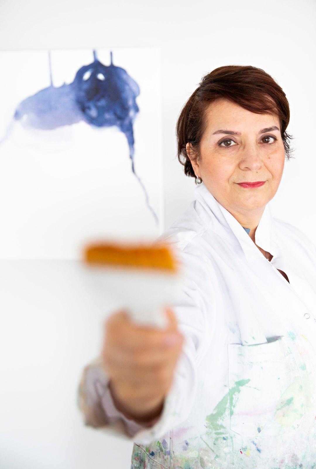 """Melek Mazici ei ole koskaan viettänyt kliseemäistä taiteilijaelämää: hän tekee työtä ja vapaa-aikana nostaa rautaa salilla. """"En osaa pitää pitkiä lomia""""."""
