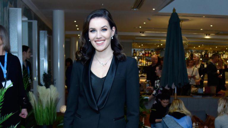 Tilaisuuden juontanut ex-missi Michaela Söderholm jännitti kummilapsensa syntymää.