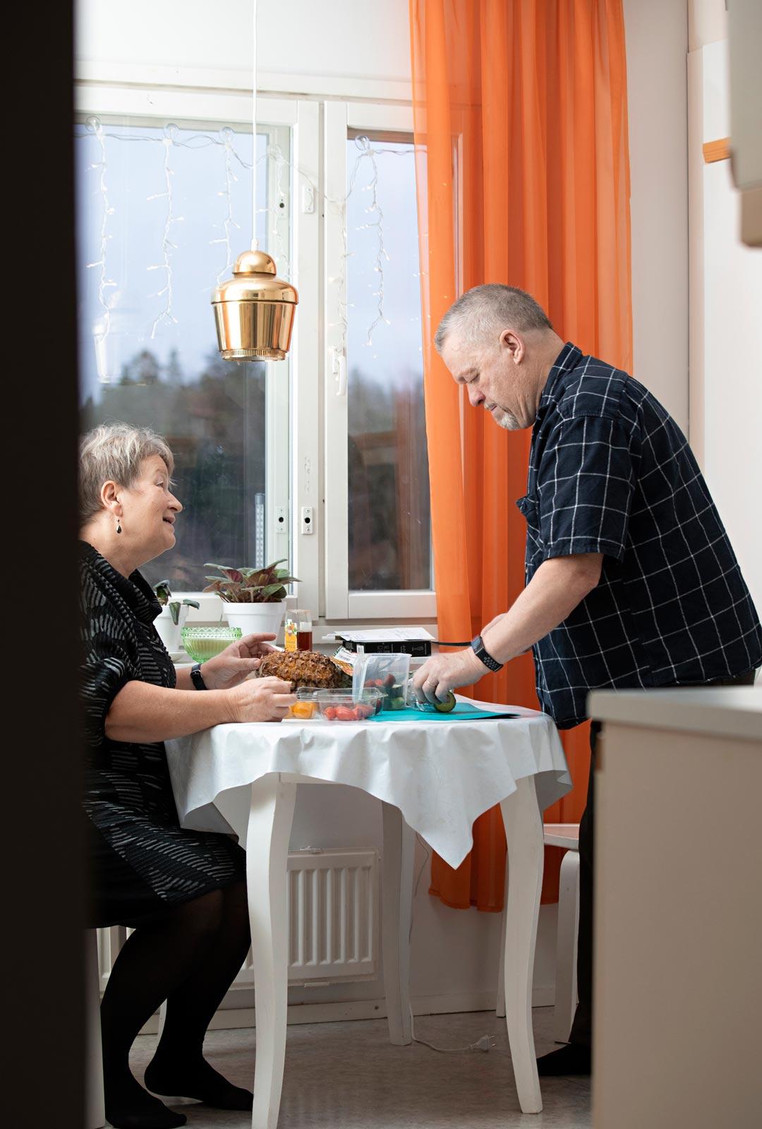 Parkinsonin tauti muutti arjen. Mikon nielemisvaikeuksien vuoksi salaatit tehdään smootheiksi. Ne syntyvät kotikeittiössä yhteistyönä.