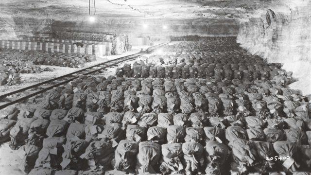 Keväällä 1945 natsit piilottivat Merkersin kaivokseen osan valtionpankkinsa varoista: muun muassa 3682 laukullista setelirahaa ja tuhansia kultaharkkoja. Amerikkalaiset löysivät kätkön huhtikuussa 1945. On arvioitu, että suurin osa natsien kullasta ja rahoista jäi kuitenkin kateisiin.