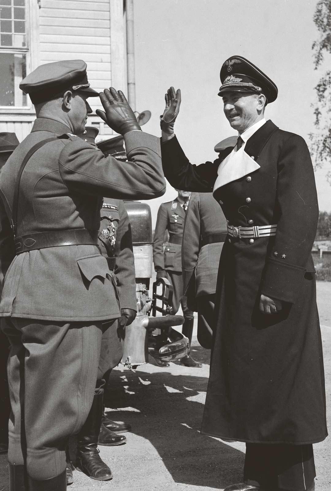 Suomalainen upseeri tervehtii tummapukuista Saksan Suomen-lähettilästä Wipert von Blücheriä.