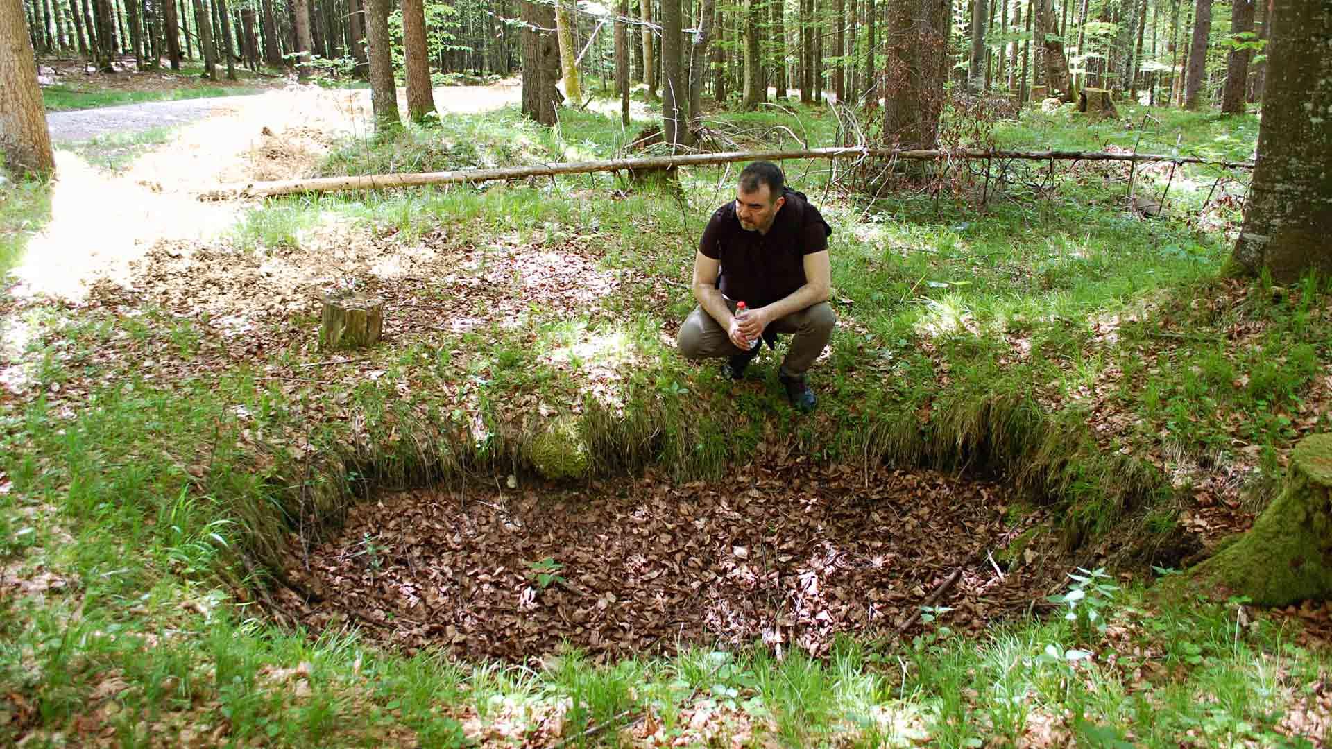 Kirjailija Marcus Wallén kävi natsikullan jälkiä seuratessaan Walchensee-järven törmällä, jossa on yhä näkyvissä kätkökuoppien painaumia.