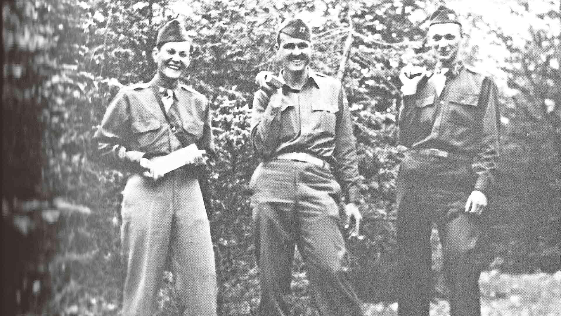 Amerikkalaisupseerit ja natsien kulta – miehet poseeraavat juuri maasta kaivettujen kultaharkkojen kanssa Walchensee-järvellä vuonna 1945. Samasta maastosta haettiin repuittain seteleitä von Blücherien huvilalle. Kuva kirjasta Kadonneen natsikullan jäljillä