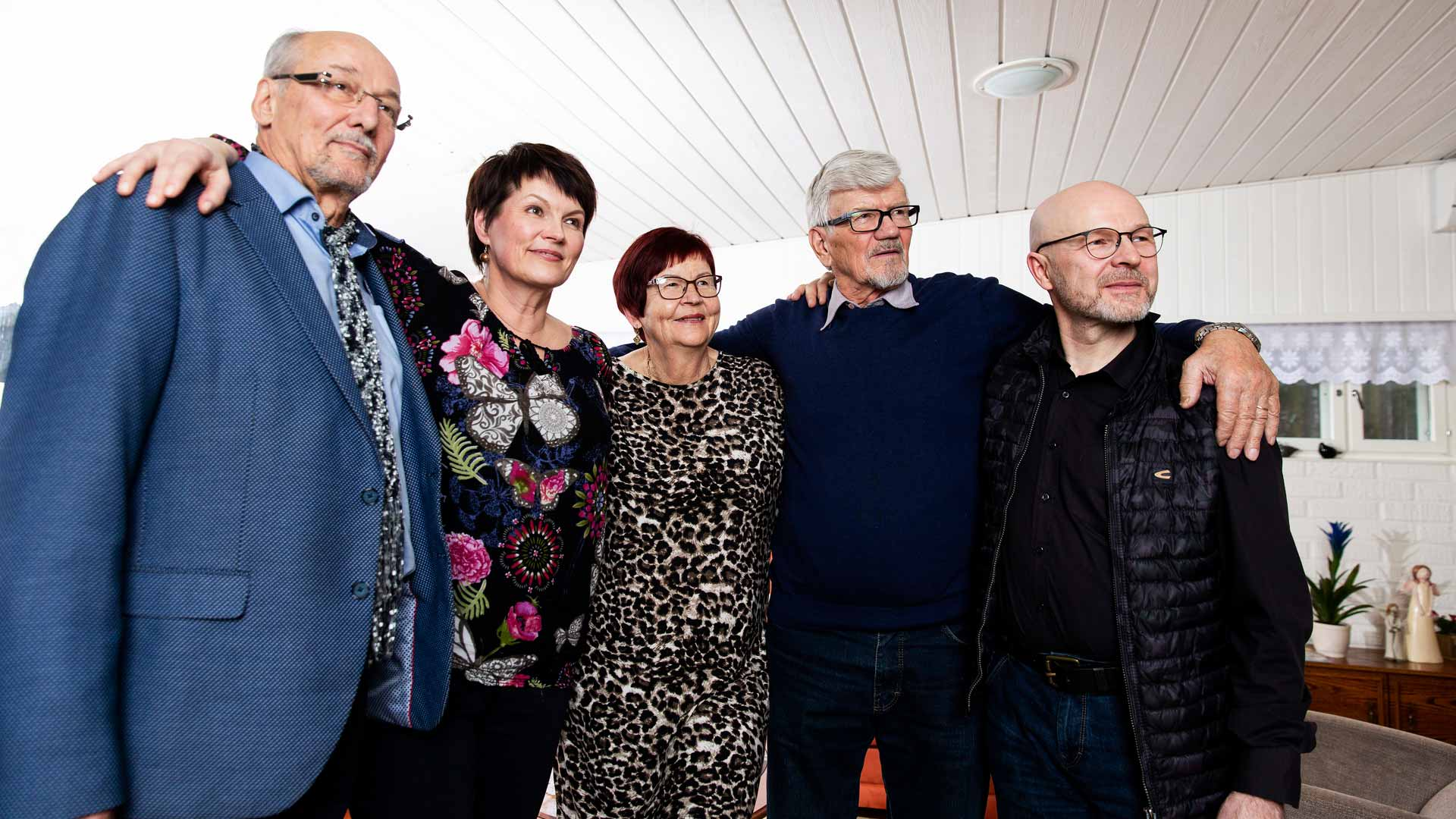 Auttajien kokoontuminen. Kari Lumikero, Salla, Sirpa ja Leo Paajanen sekä Pauli Hyytinen kohtasivat toisensa Kouvolassa, kun salaisesta operaatiosta oli kulunut yli 30 vuotta.
