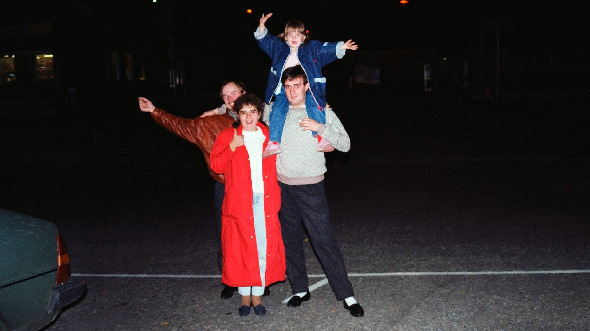Ruotsissa! Pauli Hyytinen sekä Heli, Maria ja Erik Valge juhlivat Bodenin rautatieasemalla lokakuussa 1989.