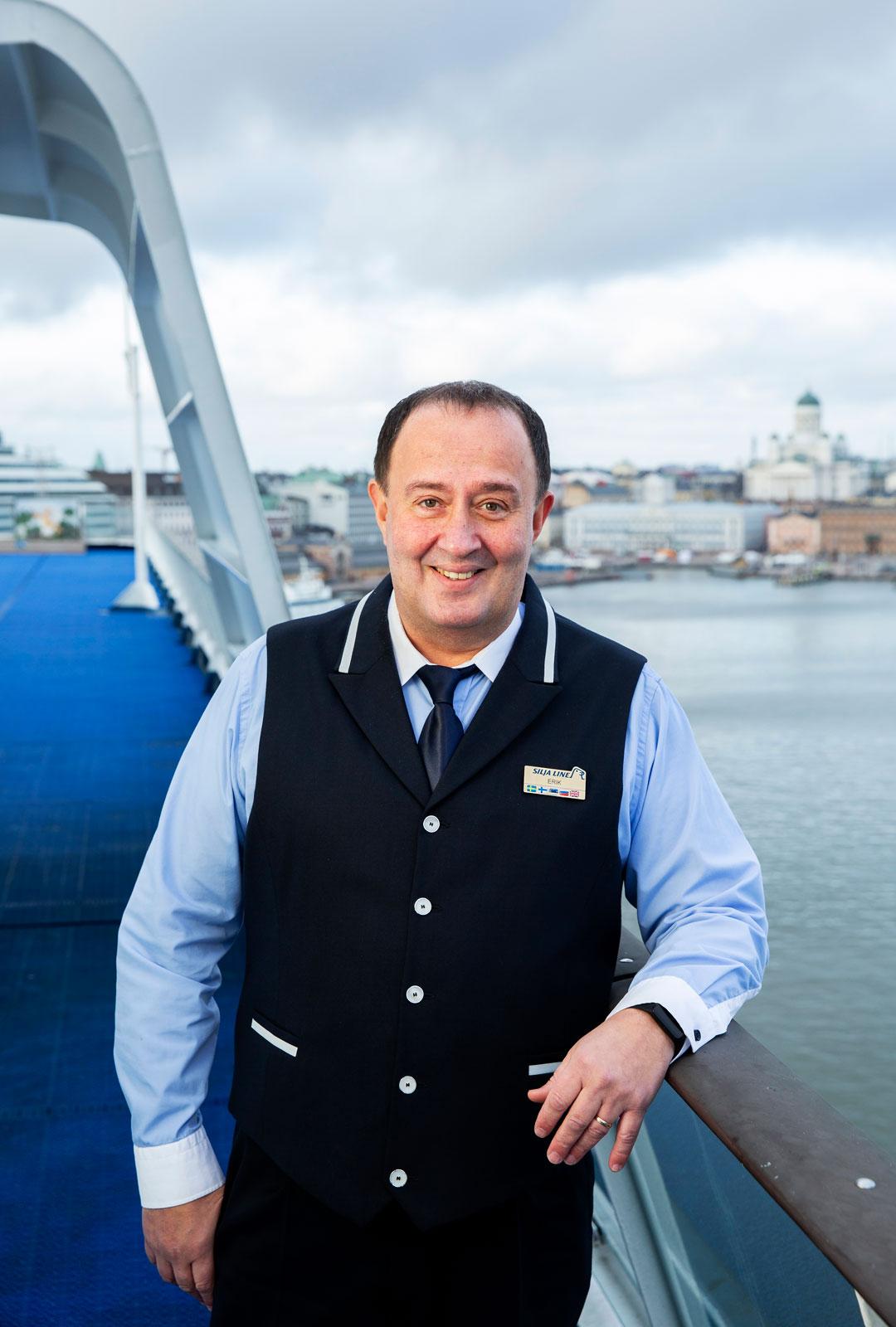 Erik Valge on ollut Silja Linen leivissä yli neljännesvuosisadan. Ensin hän työskenteli pitkään baarimikkona, nykyään tax free -myymälässä.