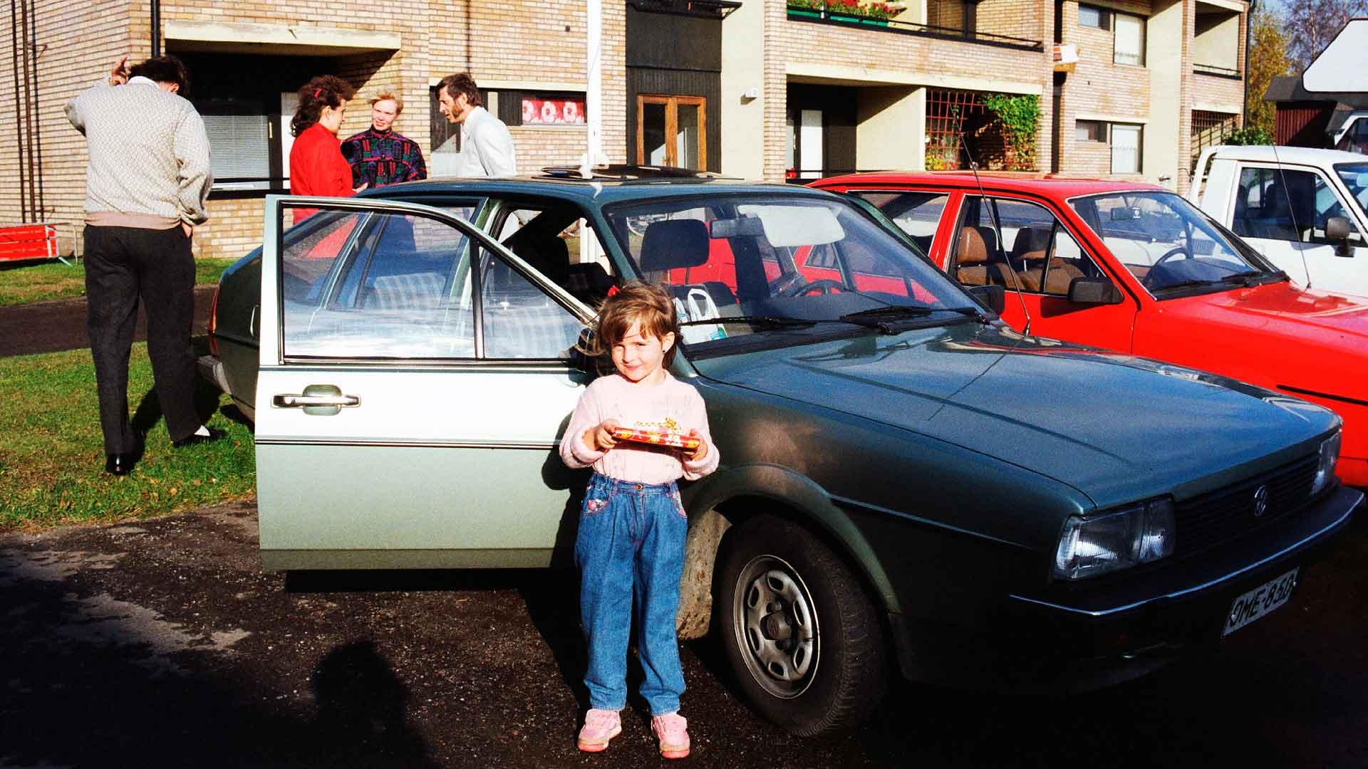 Raja ylitettiin Taavi Sepän Volkswagen Passatilla. Sen edessä seisoo Maria Valge.