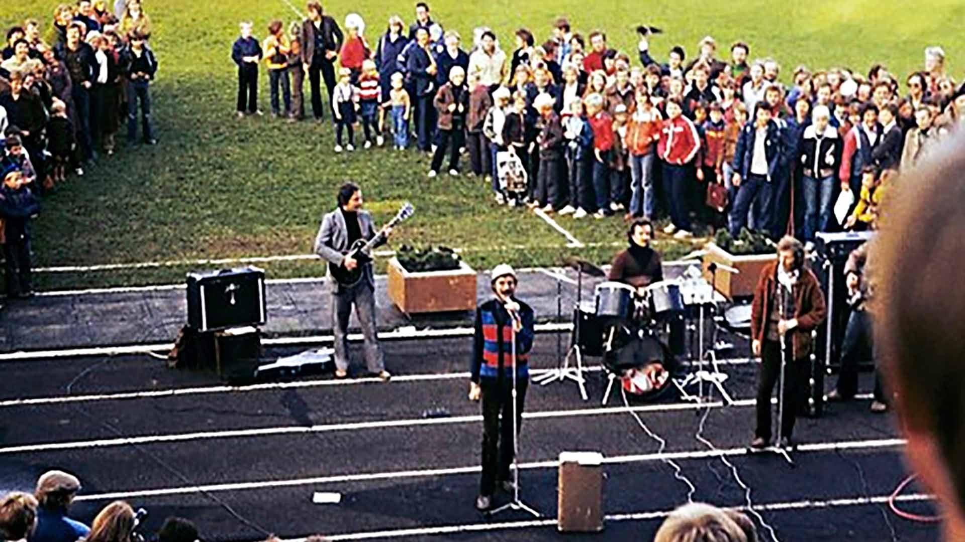 Hetki ennen kaaosta. Punkbändi Propellerin esiintyminen Kadriorgin stadionilla käynnisti Tallinnan nuorisomellakat 1980.