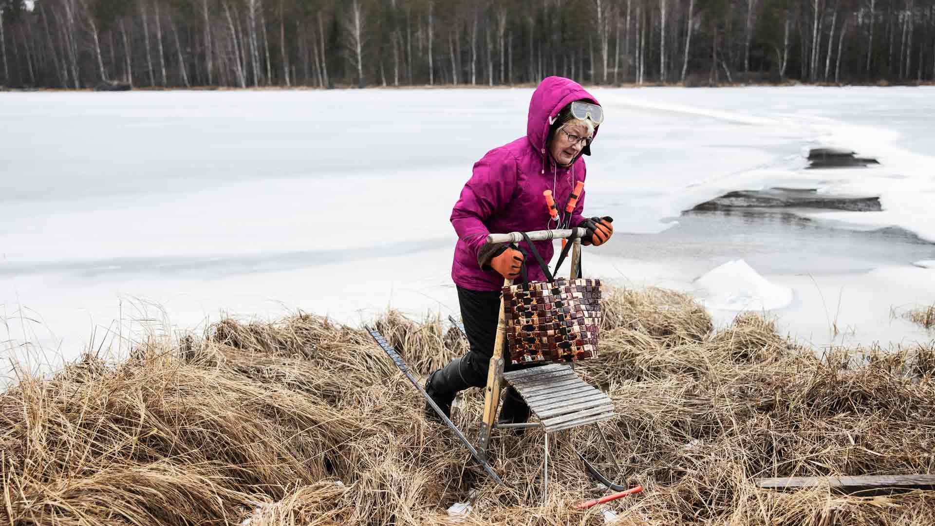 Marjatta Hämäläinen liikkuu jäällä yleensä potkukelkalla. Kuvautimme Marjatan juuri ennen koronakaranteenien alkua.